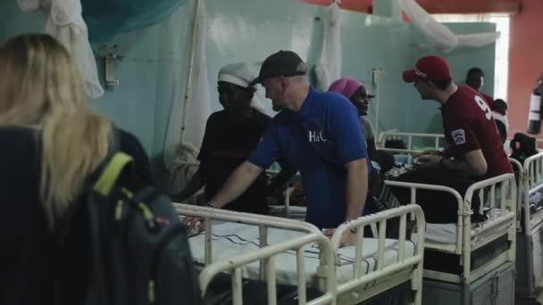 Keňa, Kisumu - 20 května 2017: Kavkazských mužů v africké nemocnici mluvit s lidmi. Dobrovolníci pomáhají místním lidem