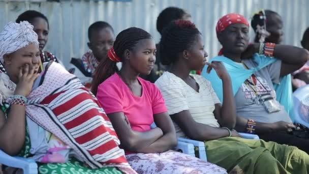 kenya, kisumu - 20. Mai 2017: Frauen aus dem lokalen afrikanischen Stamm der Massai sitzen auf den Stühlen und schauen irgendwohin, genießen den sonnigen Tag. kleines dorf in afrika.