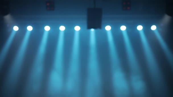 Hosszú lövés jelenet, színpadi fény, színes reflektorok és a füst. Kék reflektorfény a füst ragyog a színpadon.