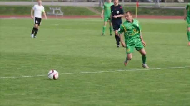 Bobruisk, Bělorusko - 21. dubna 2017: Fotbalový zápas. Fotbalový hráč dává průchod partnerovi.