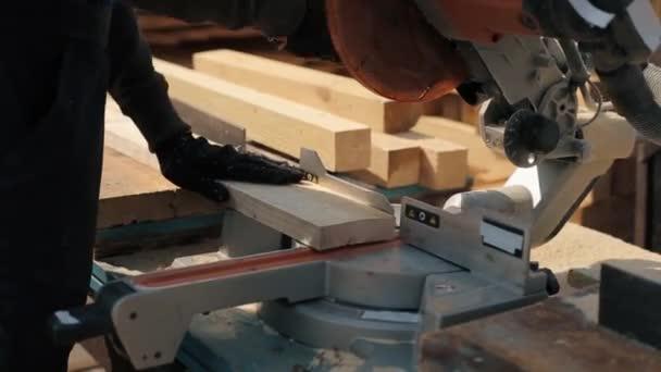 Při zavírání lamely stroje na řezání dřeva. Dělené dřevěné desky.
