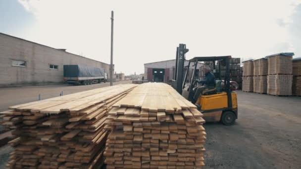 Bobruisk, Belorusszia-11 március 2019: targonca üzemeltető fa raklapok kezelése a raktárban. Ember használ Loader Dor Pack fából készült deszka.