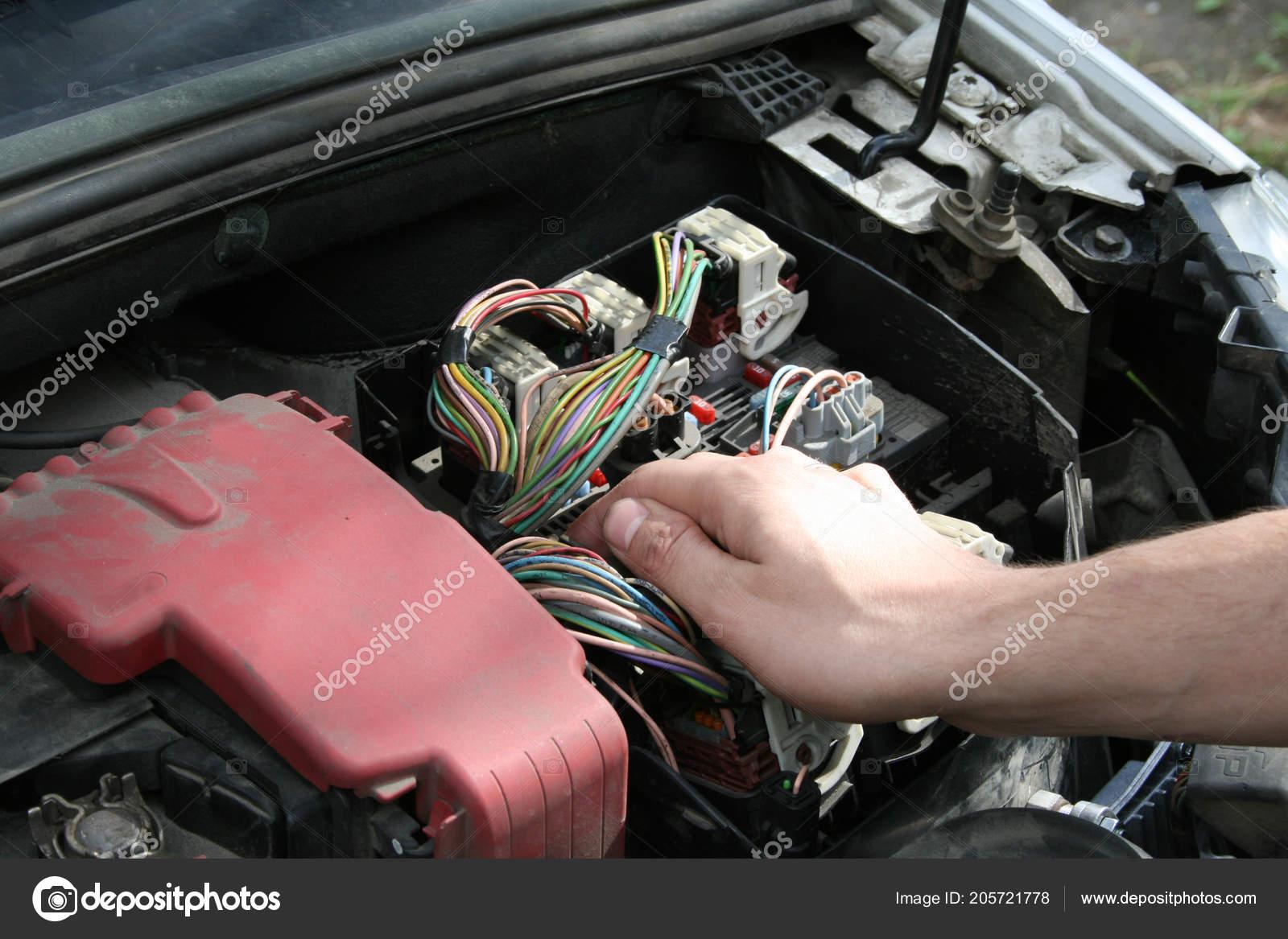 Mcanicien Automobile Vrifier Fusible Voiture Photographie How To Test Electrical Circuits Une Un De Image Dimka1109
