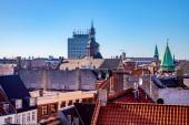 Letecký pohled na střechy, církve a mrakodrap v Kodani, Dánsko