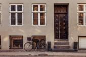 parkolt kerékpár kosár, szürke épület zárt ajtók utca, Koppenhága, Dánia