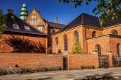 Fotografie schönes historisches Gebäude mit Backsteinmauer und geparkten Fahrrad auf einer gemütlichen Straße in Kopenhagen, Dänemark