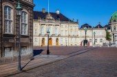 Fotografie prázdné ulice a náměstí s historickými budovami a katedrálou v Kodani, Dánsko