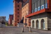 Fotografie historické socha na chodníku u budovy na prázdnou ulici v Kodani, Dánsko
