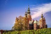 Krásný palác na zeleném kopci proti modré obloze, Kodaň, Dánsko