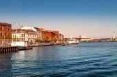 Kodaň, Dánsko - 6. května 2018: panoráma města a řeky s lodí