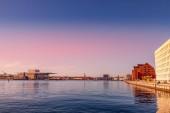 Copenhagen, Danimarca - 6 maggio 2018: vista panoramica del fiume e il paesaggio urbano dietro durante lora del tramonto