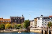 Kodaň, Dánsko - 6. května 2018: scénický výhled panoráma s řeky a most pod jasnou modrou oblohou