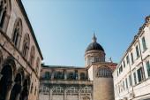 nízký úhel pohledu Katedrála Nanebevstoupení Panny Marie a jasné modré oblohy v město Dubrovník, Chorvatsko