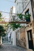 Fotografie malebný pohled prázdné úzké uličce v Dubrovníku, Chorvatsko