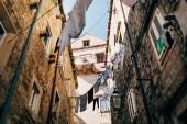 Městská scéna s prádelna a prázdné úzké městské ulici v Dubrovník, Chorvatsko