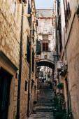 Městská scéna s prázdnou úzkou ulicí ve městě Dubrovník, Chorvatsko