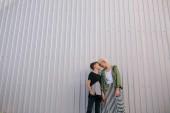 Fotografie nízký úhel pohledu happy matka a syn stáli tváří v tvář na ulici