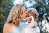 Fotografie Mutter, küssen weinende Tochter im freien