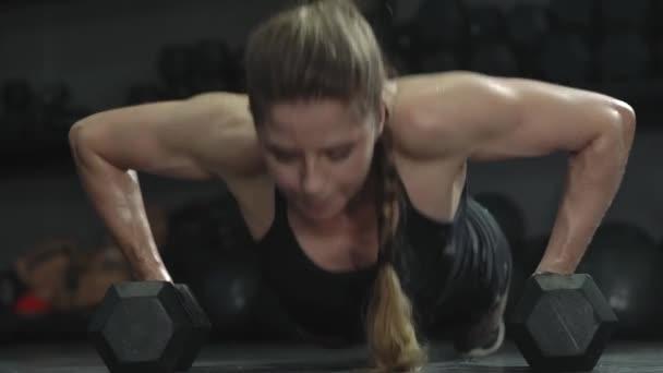 atletický krásný dívka atlet dělat kliky v tělocvičně