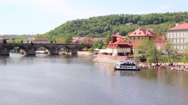 Pohled na krajinu řeky Vltavy s Charles Bridge, Praha, Česká republika