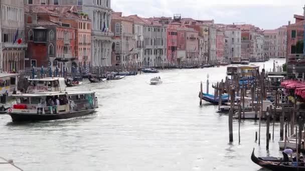 Gyönyörű kilátás a Grand Canal, Nézd, a Rialto-hídtól. Velence, Olaszország