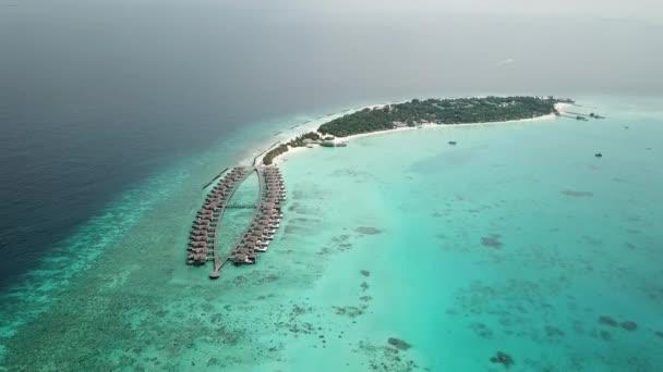 Légi repülő drone kilátás Maldív-szigetek fehér homokos tengerpart a napfényes trópusi paradicsomban szigeten