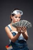 junge Ingenieurin oder Architektin mit Geldscheinen Dollargehalt und Gedanken, Zahlungskonzept auf weißem Hintergrund.