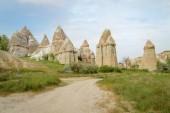 čelní pohled na slavné pohádkové komíny v údolí, Kappadokie, Turecko