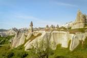 malebný pohled kamenné útvary na svazích údolí Kappadokie, Turecko