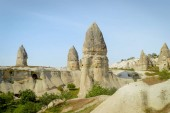 Photo front view of old cave dwelling and fairy chimneys in valley of Cappadocia, Turkey