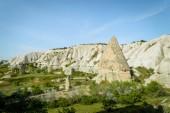 Letecký pohled na kamenné útvary a sjezdovek v údolí Kappadokie, Turecko