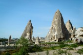 Photo front view of dwellings in stone formations in valley of Cappadocia, Turkey