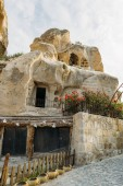 Photo low angle view of dwelling in stone formation in Cappadocia, Turkey