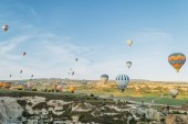 Photo front view of colorful hot air balloons flying over city in Cappadocia, Turkey