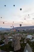 čelní pohled horkovzdušné balóny létání nad kamennými útvary, Kappadokie, Turecko