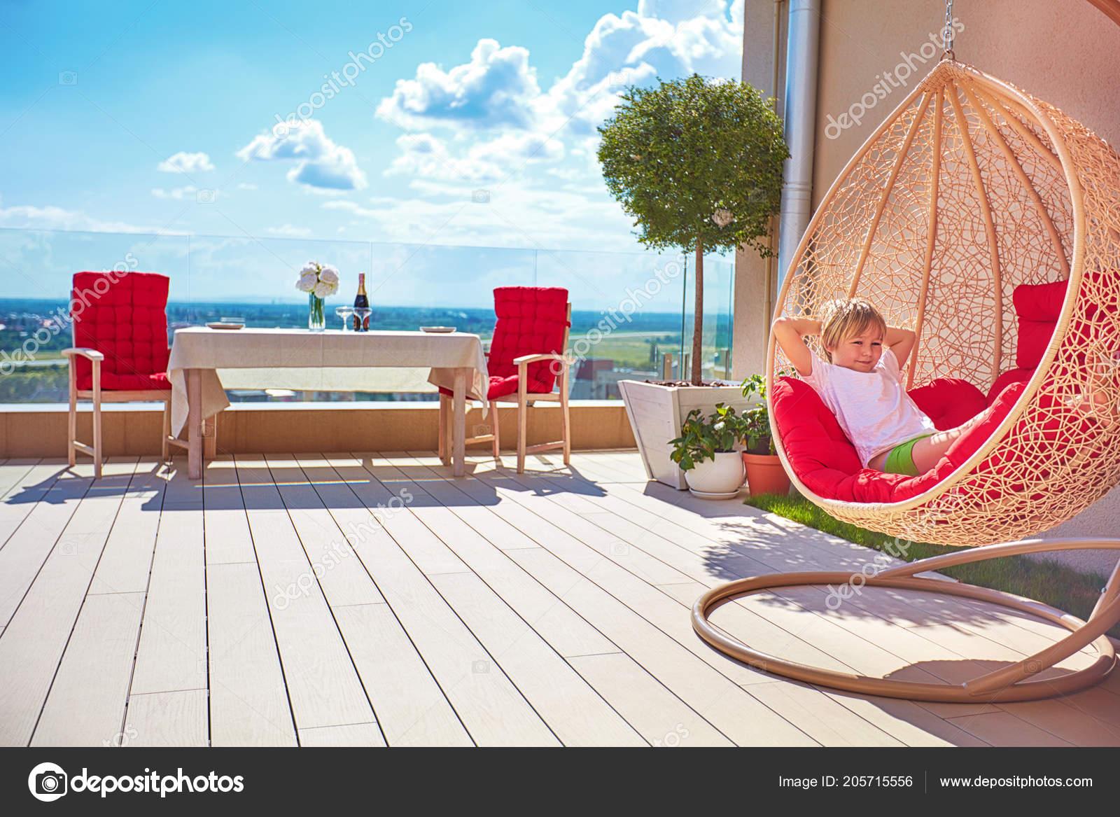 Jeune Garçon Détendre Dans Hamac Sur Terrasse Moderne Sur Toit