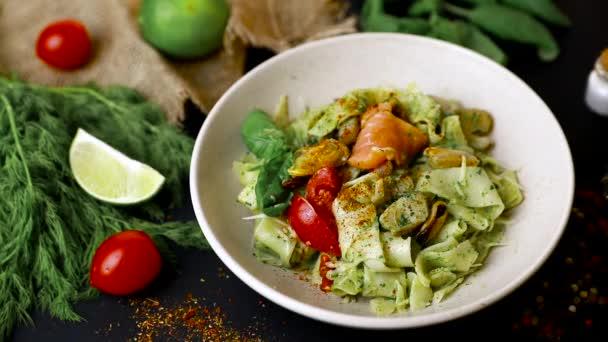 Talian Fettuccine těstoviny s mořskými plody, paprikou a rajčatovou omáčkou zblízka na talíři. zobrazení shora. Pomalá-mo