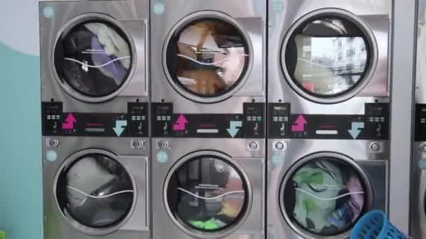 Közelkép, a mosógép működik..