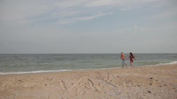 dvojice milenců po písku v řádku surf