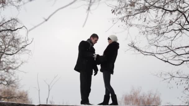 Datum zamilovaný mladých lidí v zimě