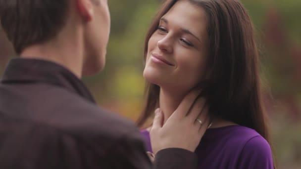 mladý muž a žena objetí