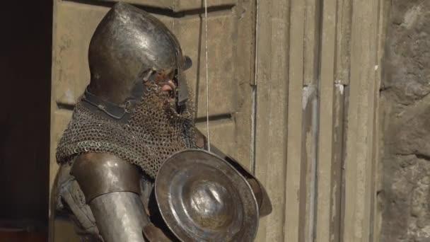 Müder Ritter ruht im Schatten nach dem Kampf mit dem Schwert