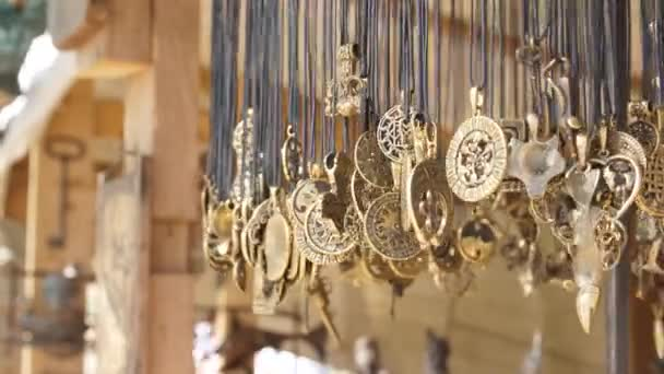 amuleti e talismani nel negozio di un commerciante antico