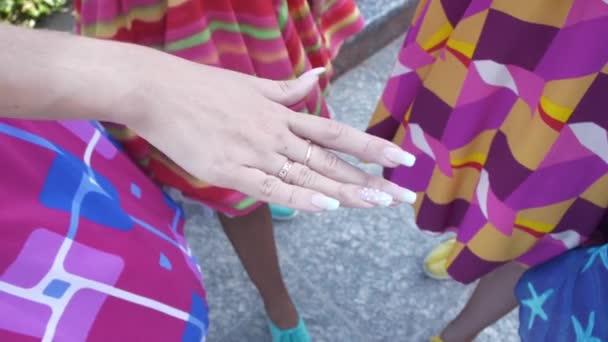 Pezsgő rock n roll ruhákat a fiatal lányok csapata együtt helyén a kezüket a képernyő közepén