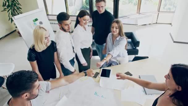 Különböző emberek állva kör oszlanak kezét a csoport terápiás ülésén, a csapat gyakorlat együtt együttműködésre ad pszichológiai támogatás, tanácsadás képzési társadalom fogalmát