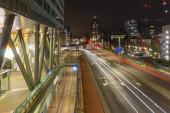 Éjszakai kilátás a központi pályaudvartól a Prins Bernhard Viaduct, Hága, Hollandia