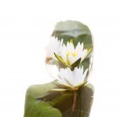 Fényképek Dupla expozíció portréja gondolkodó nő gyönyörű fehér virágok a víz