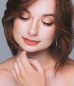 Krásná Detailní záběr obličeje portrét mladé ženy s čisté kůže. Romantický portrét krása. Dokonalé čerstvé přírodní kůže. Čistá krása model. Mládí, kosmetika, spa, koncept péče o pleť