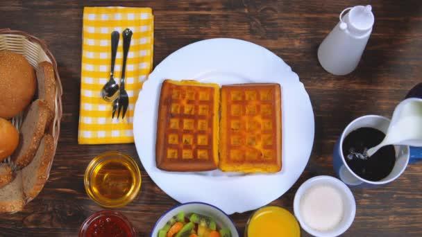 žena s pozdní snídaně