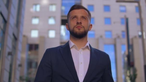 kaukázusi fiatalember séta a városban